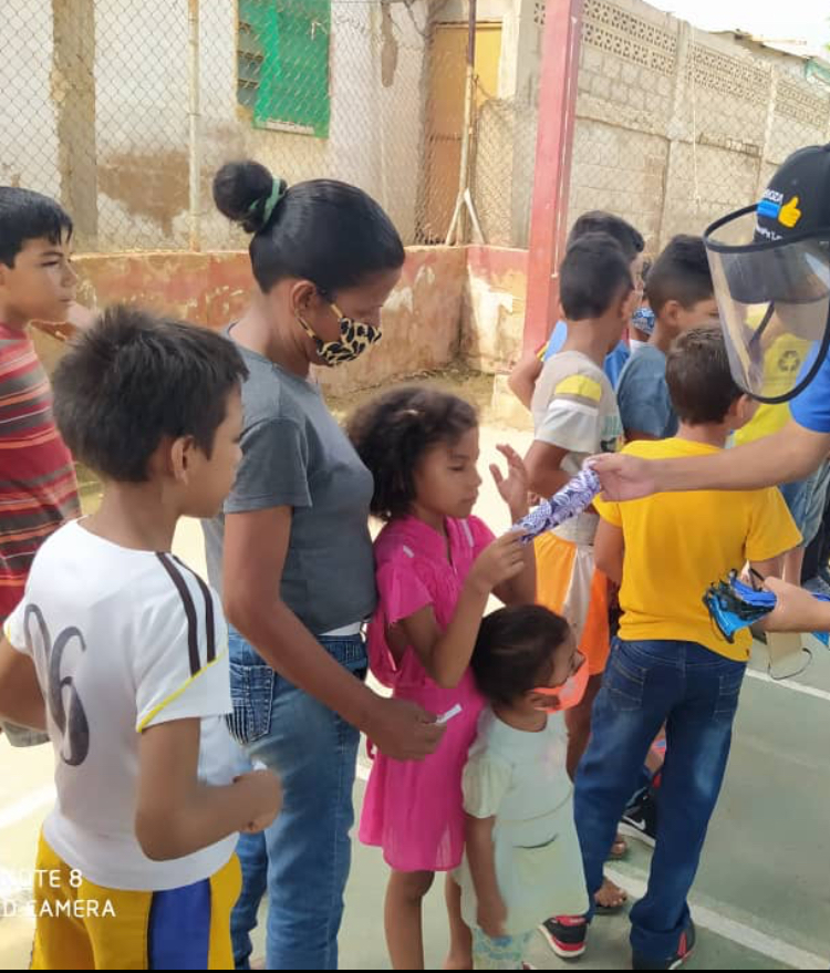 In a low income neighborhood in Maracaibo, Venezuela, medical personnel are distributing the masks that the Health Care Mask Collaborative made.